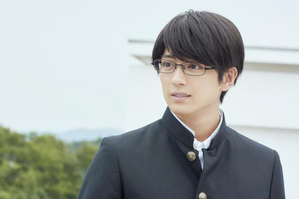 『ちはやふる』シリーズでは福井弁を話す爽やかメガネ男子を好演
