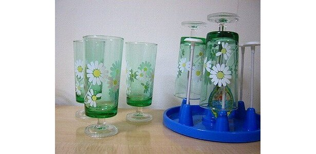 グラスの形やカラーがレトロな「グラス」と「グラススタンド」