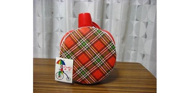 丸形で赤のタータンチェックがキュートな「水筒」