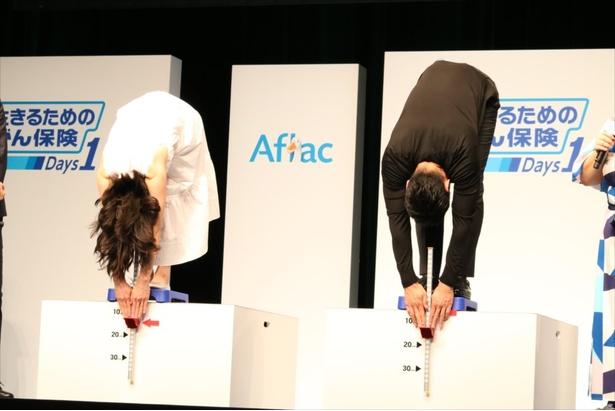 西島秀俊と松岡茉優が立位体前屈に挑戦