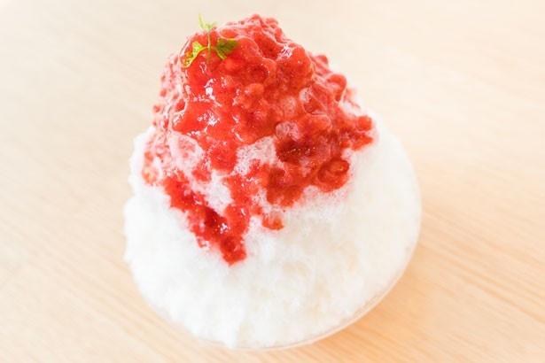 「苺みるく」(750円)。イチゴソースはあまおうのつぶつぶとした食感も楽しめる