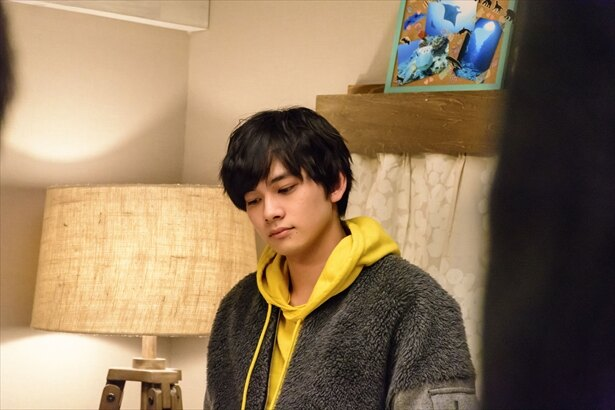 第3話。奈々(深田恭子)を心配そうに見つめる朔