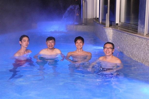 【写真を見る】ダンディ俳優たちの入浴シーンも…!
