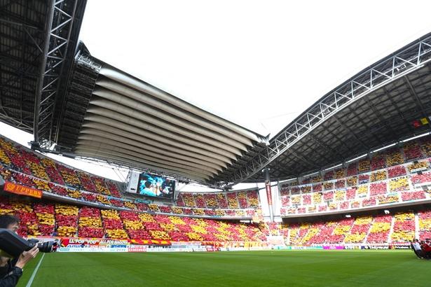 【写真を見る】ホーム開幕戦の選手入場時に行われたコレオグラフィ。観客数は3万8916人とアナウンスされた