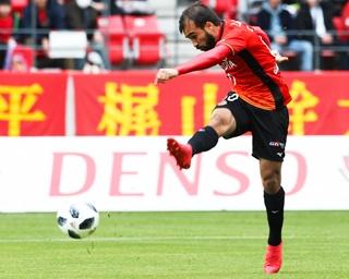 チームに指示を出す風間八宏監督。2016シーズンまでは川崎フロンターレを率いた