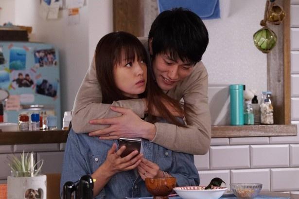 【写真を見る】妊活に励む夫婦役を深田恭子と好演する