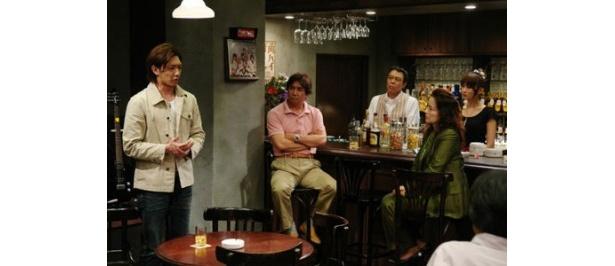 【写真】バーの店内で、スリリングな謎解き合戦が展開する