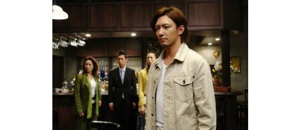 主人公の探偵・三影を演じる金子昇
