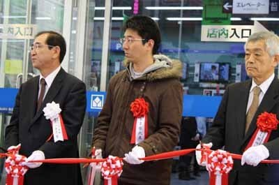 テープカットには、ヤマダ電機 代表取締役 兼 代表執行役員COOの一宮忠男氏も