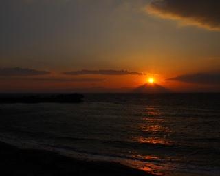 赤い鳥居が目印の、沖合700mのところにある小さな島「名島」と、石原裕次郎の追悼で建立された葉山灯台(裕次郎灯台)の背景に富士山が見えるのは森戸神社・海岸界隈