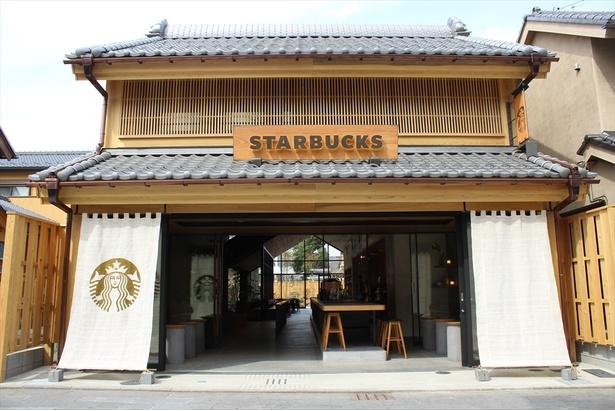 スターバックス コーヒー 川越鐘つき通り店。伝統的な街並みを尊重したデザイン