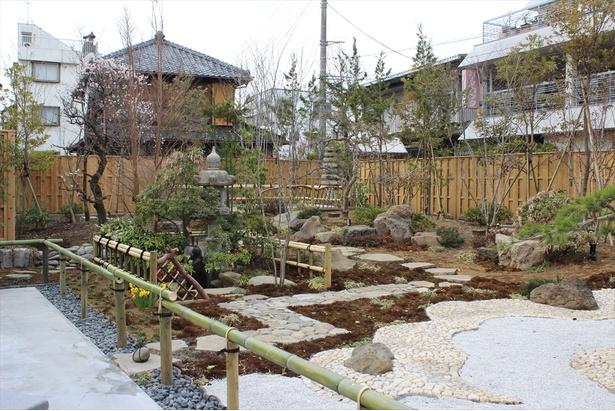 【写真を見る】店舗の奥には和風庭園が広がる