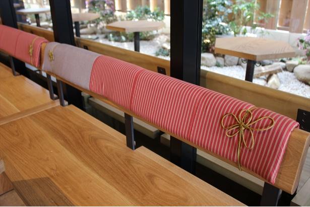 伝統の織物「川越唐桟」をベンチシートに使用。紐の梅結びはバリスタがその手で施している
