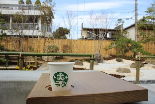 奥庭のテラス席では庭を眺めながらくつろぐことができる