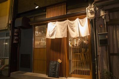 イタリアンレストランらしからぬ暖簾を掲げた入口が目印
