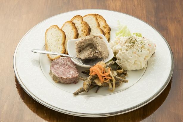 「おまかせ前菜4点盛り」(1200円)。前菜でも十分な食べ応えがある