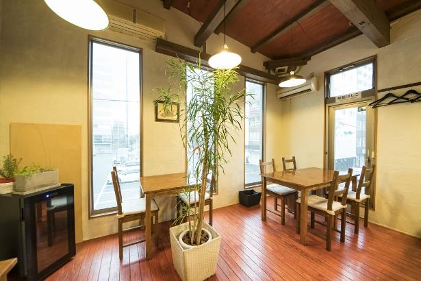 ビルの2階に位置し、扉を開けると欧風の落ち着いた空間が広がる
