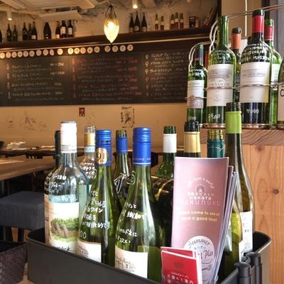 シェフお墨付きの世界のワインが、グラス500円~、ボトル2500円~そろう