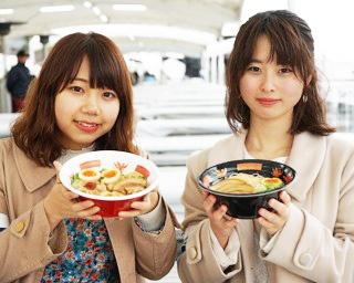 東海3県の絶品ラーメンを堪能した2人。でも会場にはまだまだ食べたいグルメがいっぱい!