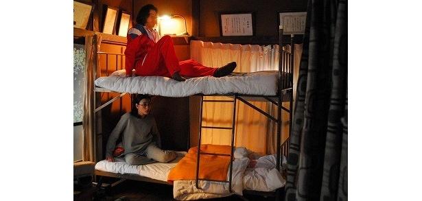 【写真】こんなふうに二段ベッドで寝てる男女って一体!?