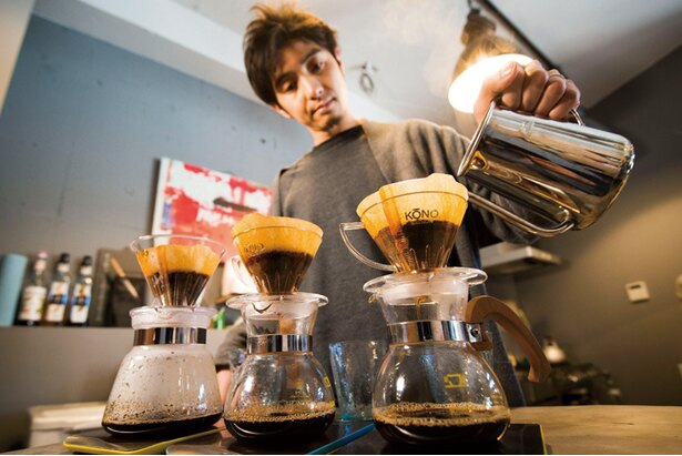 複数オーダーが同時に入っても1杯ずつ、数分かけて丁寧に抽出。粗めに挽くことで苦味が消えてクリアな味のコーヒーになる