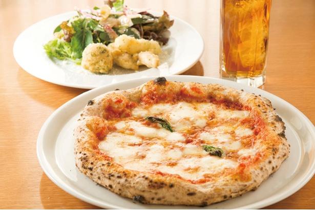 「平日ランチセット」(1,750円)の「マルゲリータ」(手前)と「ゼッポリーニと小魚のフリットのサラダ」(奥)、飲み物付き