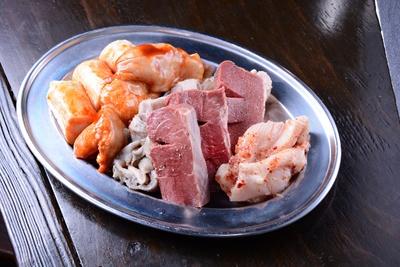 【写真を見る】「サービス盛(5種)」(1382円)。ガツ、ハツ、センマイ、赤センマイ、丸腸などどれも大ぶり
