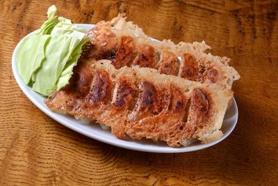「餃子厨房 虎爺」の「虎爺焼餃子」(6個320円、写真は2人前)。自家製のラー油をつけても旨い