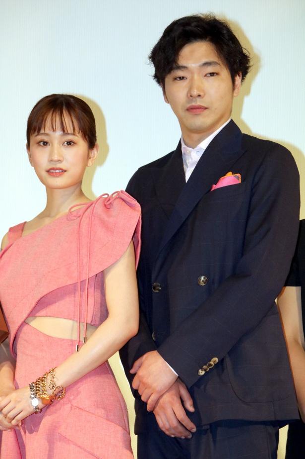 ドレスを着た前田敦子