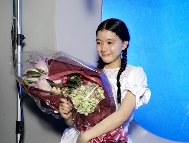 【写真を見る】花束を受け取り、思わず涙を流す芳根京子