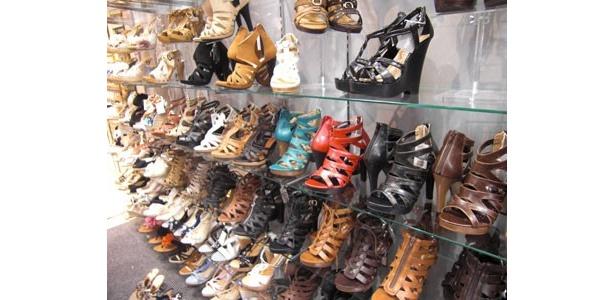 エスペランサ。グラディエーターサンダルや春ものブーツがズラリ