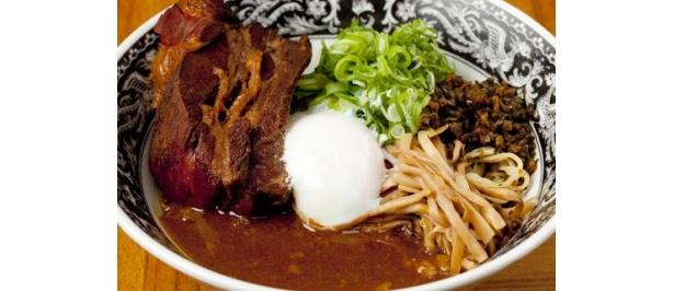 特製カレーソースが麺にからむ。「中村屋」のあえ麺、ビーフカレー麺1250円は1日25食限定