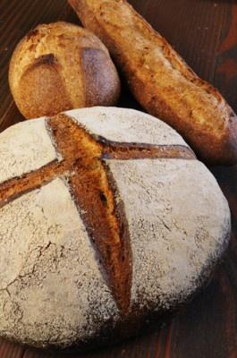 「充麦」は、自家製小麦とライ麦を使ったカンパーニュ(手前)1260円、バゲット(右)260円など約40種を出品する
