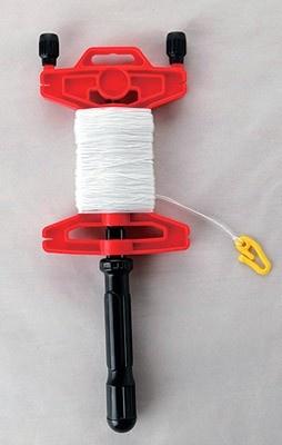 カイト用の糸巻き。空高く揚げたカイトをおろす時にも、素早く簡単に糸が巻き取れる便利グッズだ。 「クイックレトリープ」(498円)