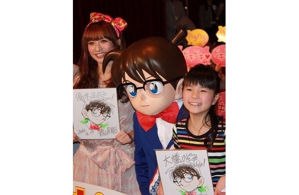 大橋のぞみ(右)と優木まおみは「名探偵コナン」の原作者・青山剛昌からの色紙をもらって感激!