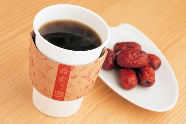 「漢方茶(紅棗桂園)」(480円)。紅糖で甘味をつけた、ナツメを煮出したお茶。体を温める効果がある