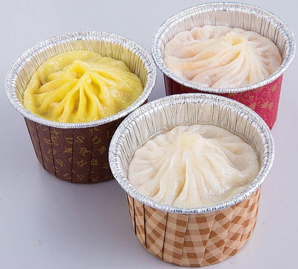 【画像を見る】「小籠包(フカヒレ[330円]、酸辣湯[280円]、カニ味噌[300円] 」。限界まで薄く伸ばされた皮を破って、熱々のスープを味わおう