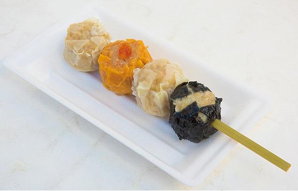 「食べくらべ串」(500円)。百年シュウマイ、トマトシュウマイ、海老シュウマイ、黒船シュウマイの4種が楽しめる