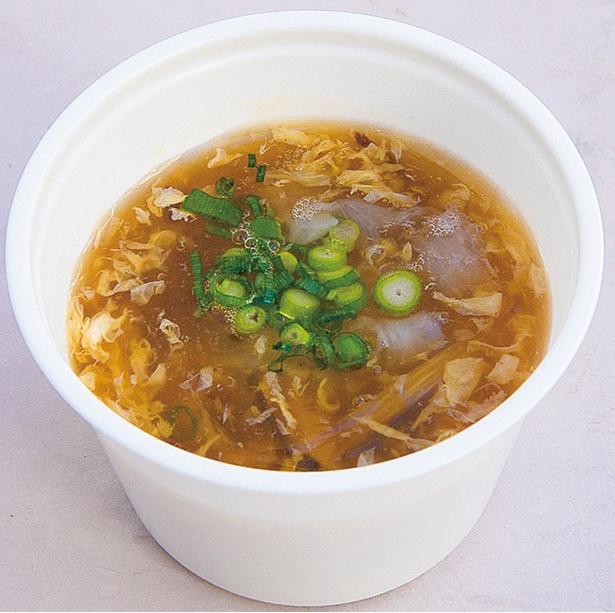 「黄金のふかひれスープ」(350円)。点心とセットで注文すると50円引き!2016年からおみやげ用のレトルトも販売開始