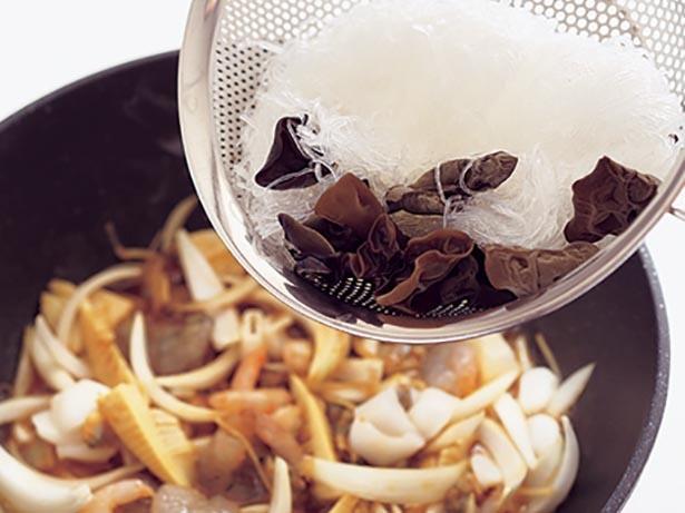 はるさめは、かためにもどしておくと、炒め合わせたときに、調味料を吸ってちょうどよいかたさになる