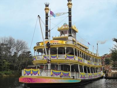 華やかなデコレーションで飾られた 「蒸気船マークトウェイン号」が新たに出航