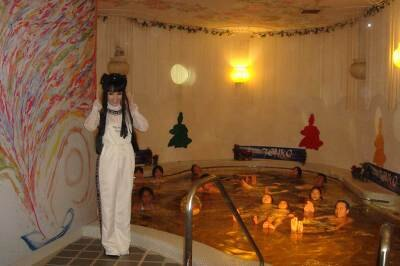 金の浮遊風呂で来園者もプカリプカリ♪