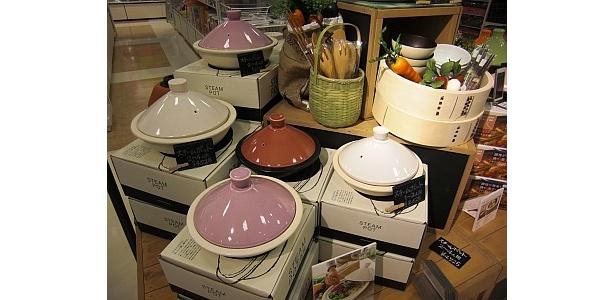 蒸し器やタジン鍋など、最新の調理器具がそろうのも、販売スタッフによる仕入れだから