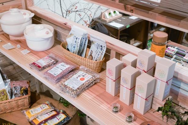 「ふたつぶ 雑貨と喫茶、ときに催し」野草茶など、生活に寄り添った雑貨や食品を取り扱う