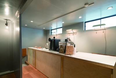 「MODOO'S COFFEE BREWERS」白樺製の広いカウンターが自慢