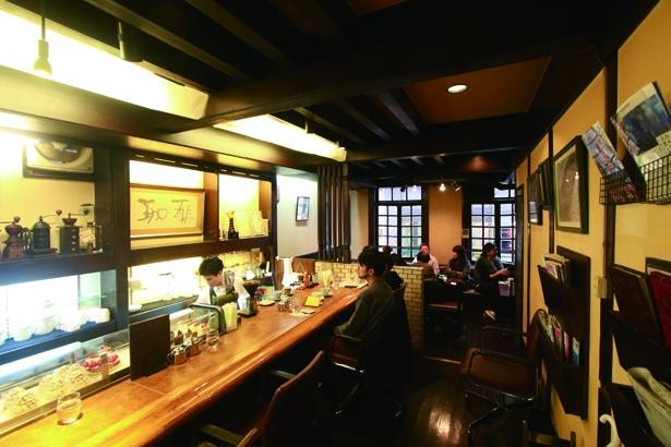 【写真を見る】「岡田珈琲 サテライト店」日本でトップクラスの技をカウンター越しに見られる