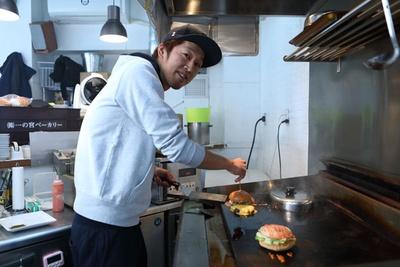 代表の村上哲朗さん。ハンバーガーに対するこだわりはひと一倍!