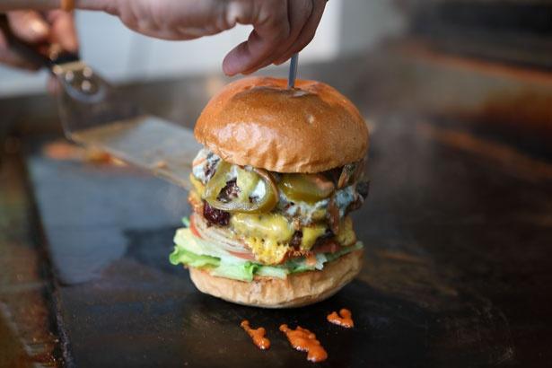 鮮やかな手さばきで、鉄板の上でハンバーガーが組み上がる
