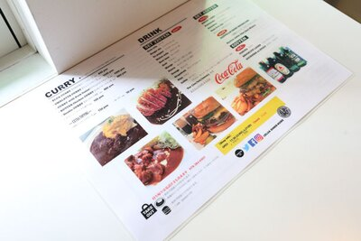 メニュー表はハンバーガーとカレーが仲良く並ぶ