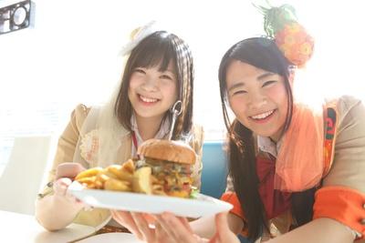 「大きなハンバーガー! ずっしりしてるー!」